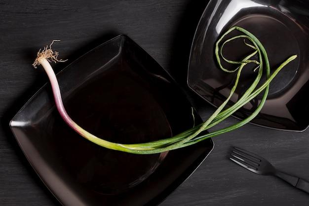 Piatto posare l'aglio verde sulla banda nera