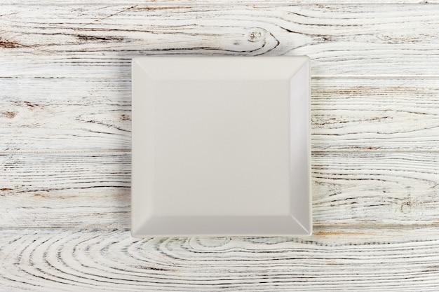 Piatto quadrato bianco vuoto acceso
