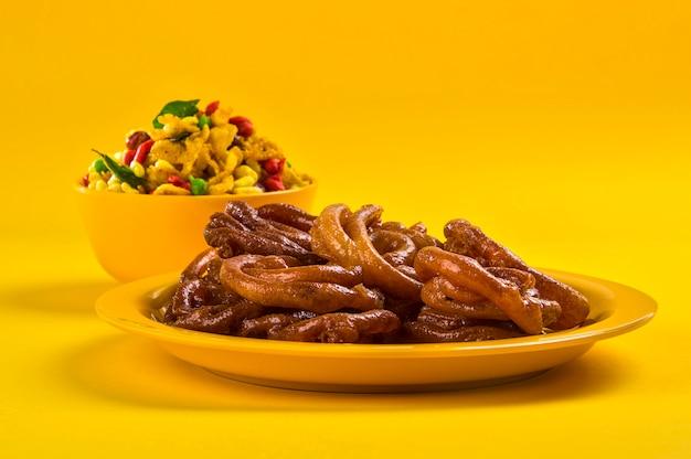 Piatto salato fritto nel grasso bollente indiano tradizionale