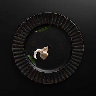 Piatto scuro con funghi su un tavolo scuro