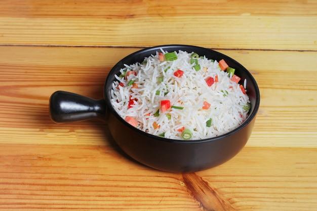 Piatto semplice di riso al vapore con verdure