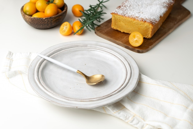 Piatto servito, torta all'arancia fatta in casa con kumquat