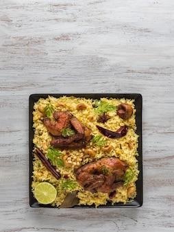 Piatto tandoor mandi / kabsa. mandi è un piatto di riso con carne