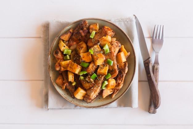 Piatto tartaro asiatico tradizionale. patate in umido con montone e verdure