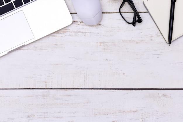 Piatto tavolo da ufficio laici del posto di lavoro moderno con computer portatile