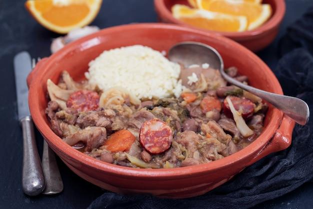 Piatto tipico portoghese feijoada transmontana