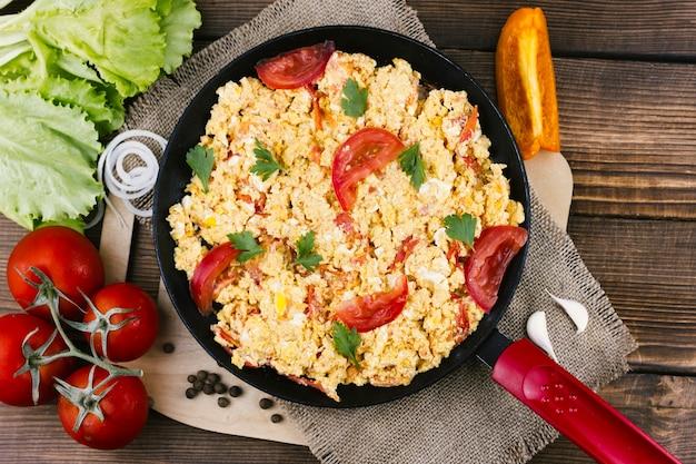 Piatto uova strapazzate con pomodori