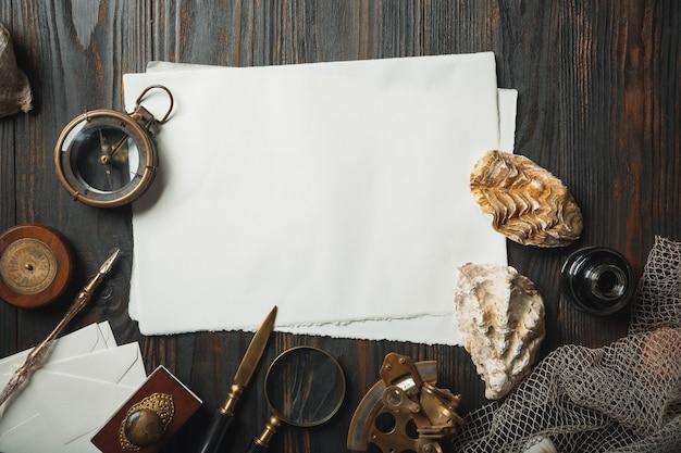 Piatto vecchio stile giaceva con lettere scrivendo accessori sul tavolo di legno scuro