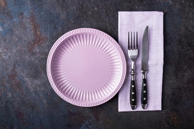Piatto vuoto, coltello e forchetta. dieta e concetto sano. stile di vita. vista dall'alto,