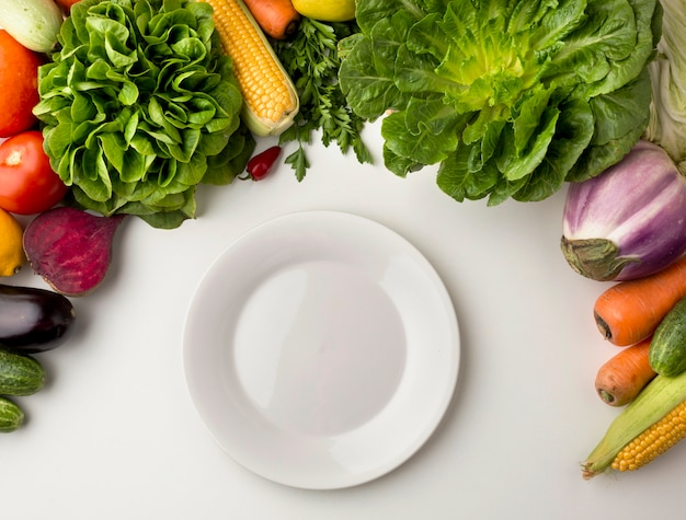 Piatto vuoto con disposizione vegetale