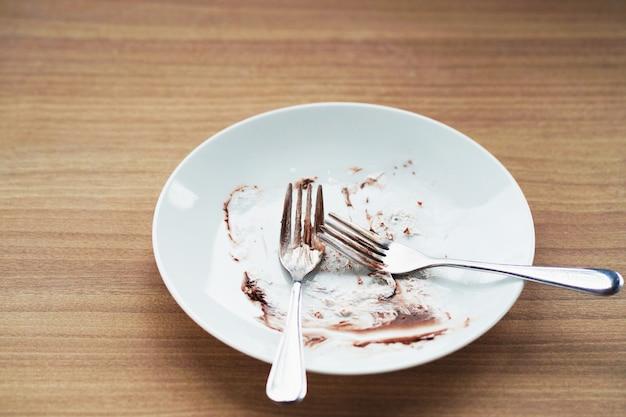 Piatto vuoto con forchetta sul tavolo