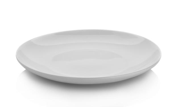 Piatto vuoto isolato su sfondo bianco