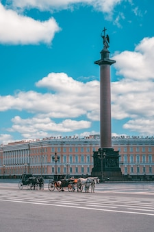 Piazza del palazzo con carrozza e cavalli a san pietroburgo