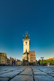 Piazza della città vecchia di praga. il pavimento con l'edificio del municipio sullo sfondo