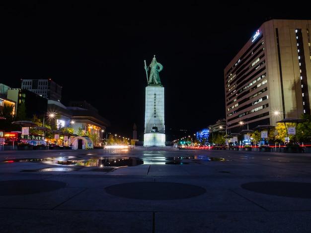 Piazza gwanghwamun con la statua dell'ammiraglio yi sun-sin