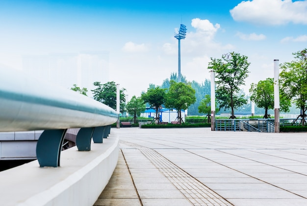 Piazza moderna con skyline e paesaggio urbano sfondo