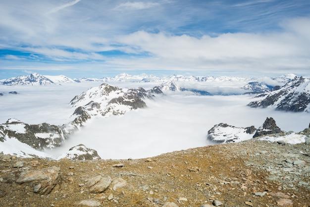 Picchi di montagna e creste innevate delle alpi