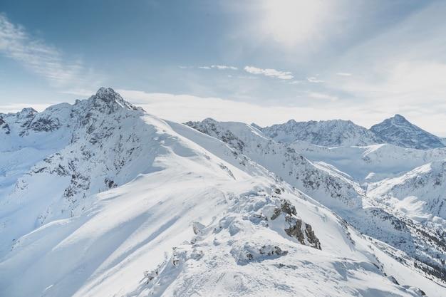 Picchi di montagna innevati d'inverno in europa. ottimo posto per gli sport invernali.