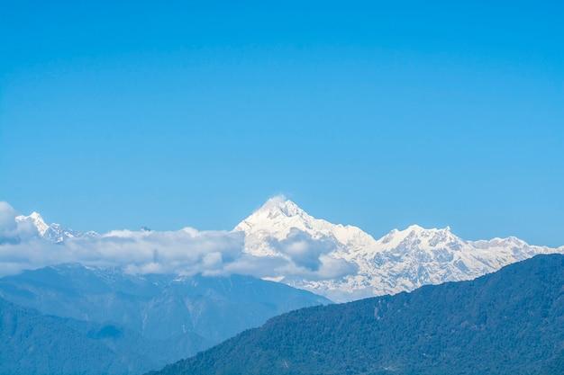 Picchi di montagne nella nebbia, tonalità blu delle montagne, north sikkim, india
