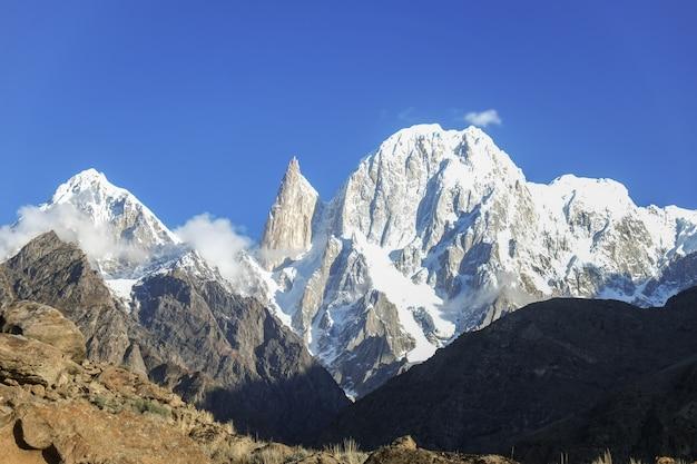 Picchietta della signora e hunza con neve ricoperta. valle della hunza, gilgit-baltistan, pakistan.