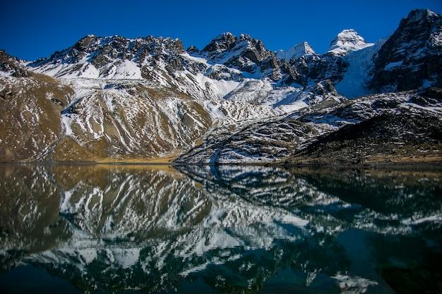 Picco di condoriri e lago nella cordillera real andes, bolivia
