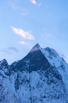 Picco di montagna della coda di pesce in himalaya, nepal