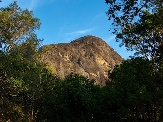 Picco di montagna della roccia di ana chata nel brasile