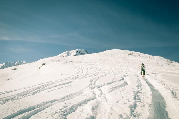 Picco nevoso di alpinismo di persona