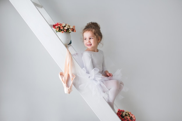 Piccola adorabile giovane ballerina di umore giocoso.