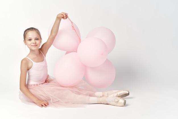 Piccola ballerina della ragazza in un tutù bianco in scarpe da punta