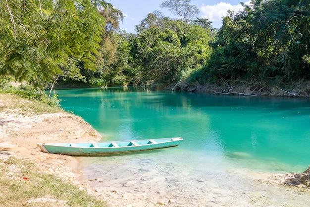 Piccola barca sul fiume nella giungla
