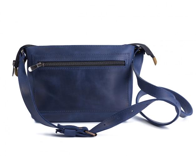 Piccola borsa di cuoio blu con una maniglia lunga isolata su uno spazio bianco