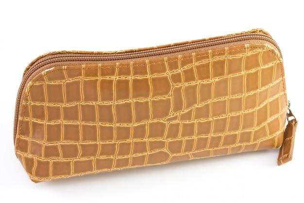 Piccola borsa marrone su sfondo bianco