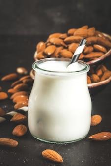 Piccola bottiglia di latte di mandorle