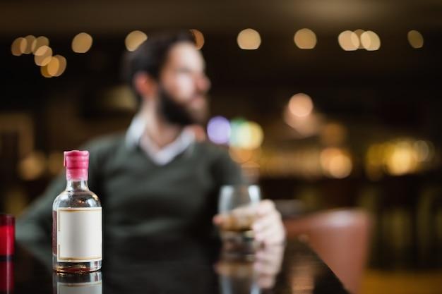 Piccola bottiglia di liquore sul tavolo