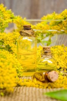Piccola bottiglia di olio essenziale aromatico cosmetico naturale