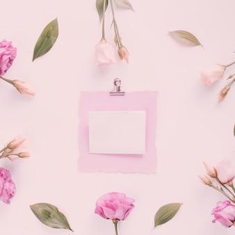 Piccola carta con fiori di rosa sul tavolo