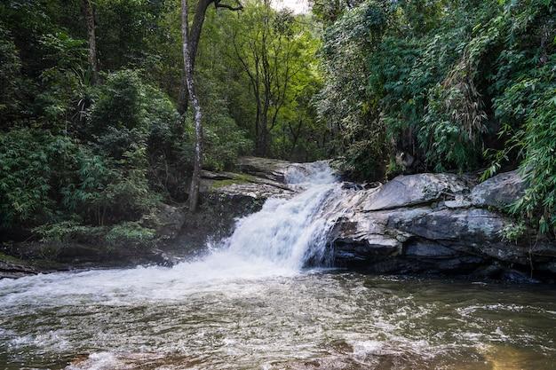 Piccola cascata che sfocia in un fiume