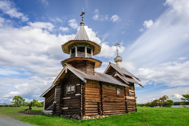 Piccola chiesa di legno a kizhi, in russia