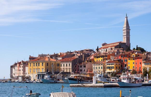 Piccola città di rovigno in istria, croazia
