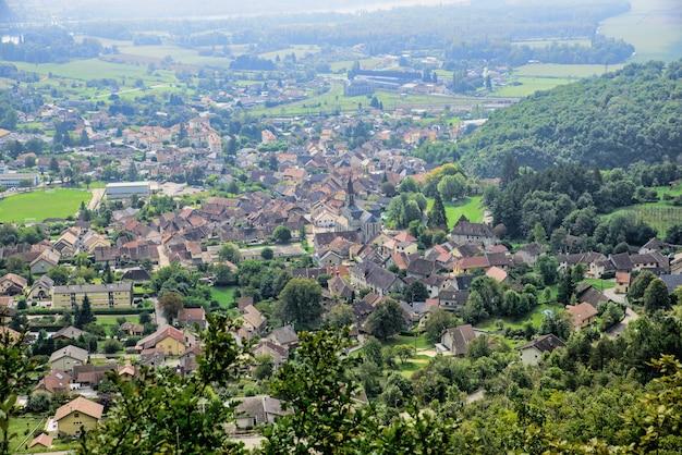 Piccola città nelle alpi francesi