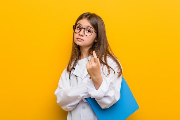 Piccola donna caucasica che indossa un costume medico che punta con il dito su di te come se l'invito si avvicina.