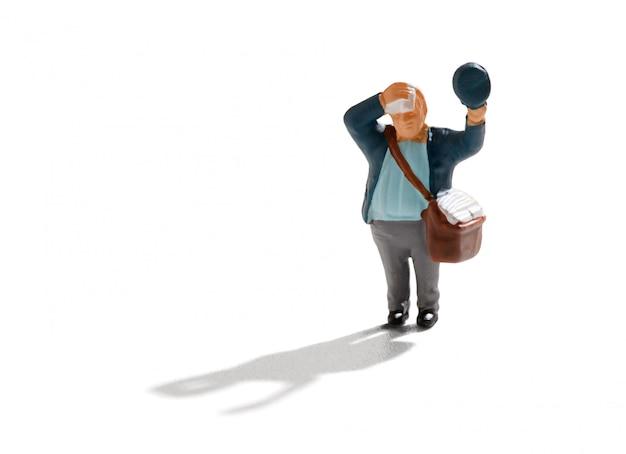 Piccola figura in miniatura di un postino caldo e sudato