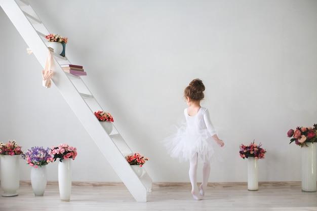 Piccola giovane ballerina di umore giocoso