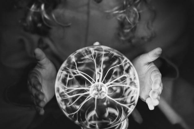 Piccola indovina con una palla al plasma