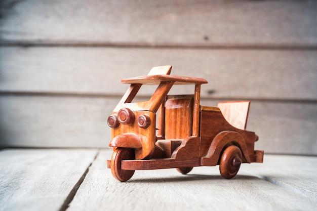 Piccola macchinina in legno
