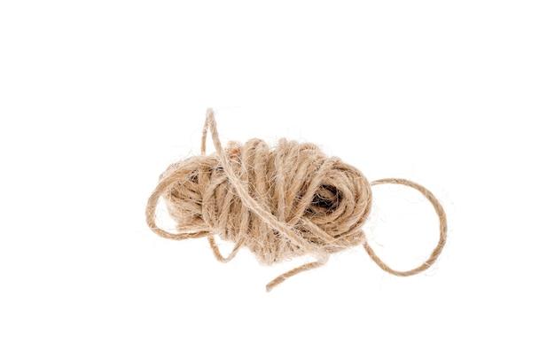 Piccola matassa di corda isolata su bianco