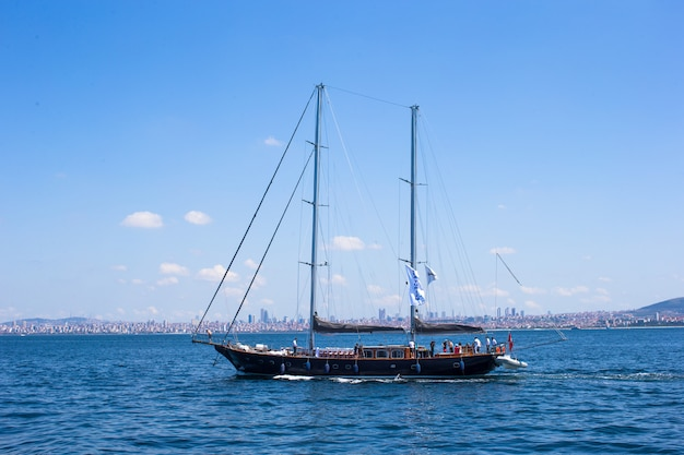 Piccola nave nello stretto del bosforo