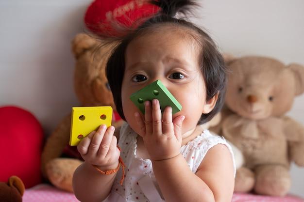 Piccola neonata asiatica sveglia