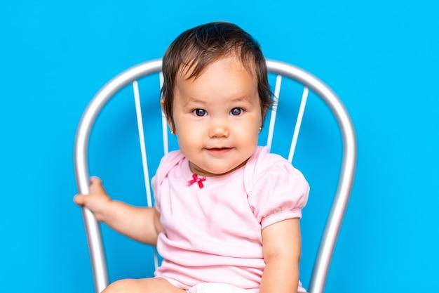 Piccola neonata con capelli scuri e occhi marroni